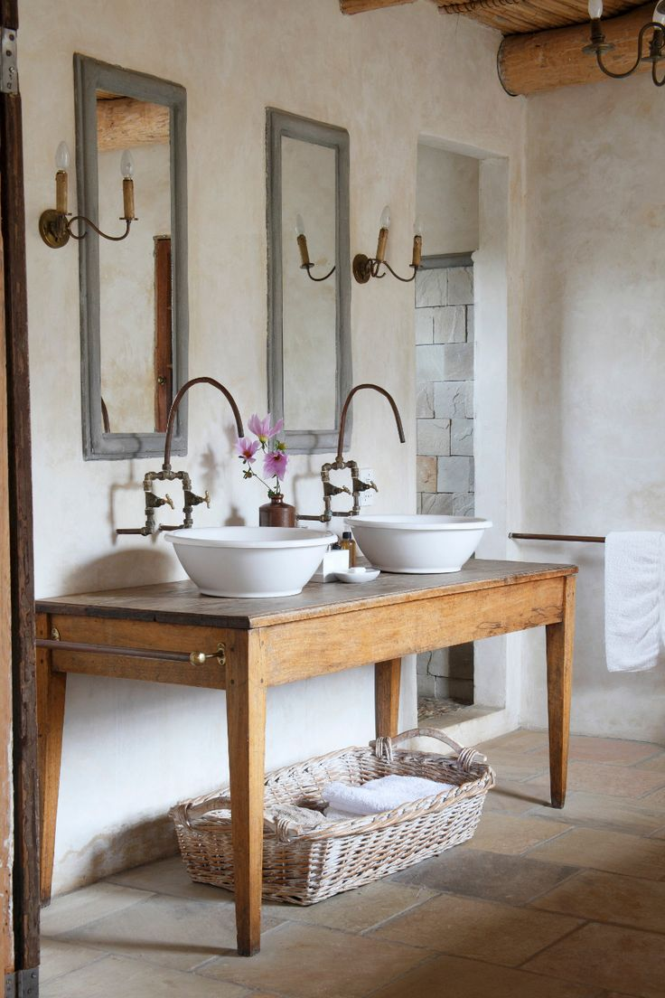 French country without the kitsch. Dalani Country Toilette in Stile con Lavandini Fiori e Tavolo in Legno Naturale