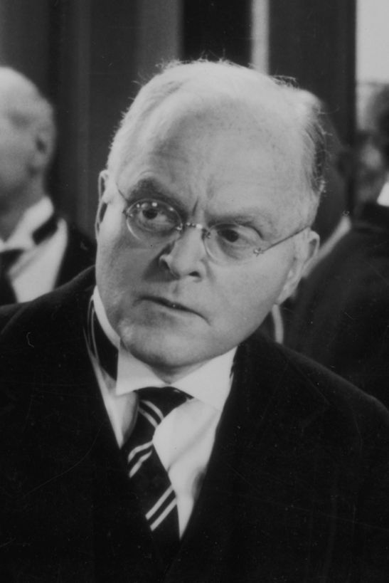 Grant Mitchell known for his portrayals of harangued husbands, bemused dads and bilious executives in 30s and 40s films. Great character actor