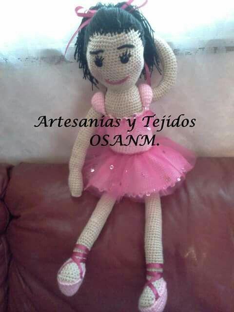 Muñeca tejida a crochet .