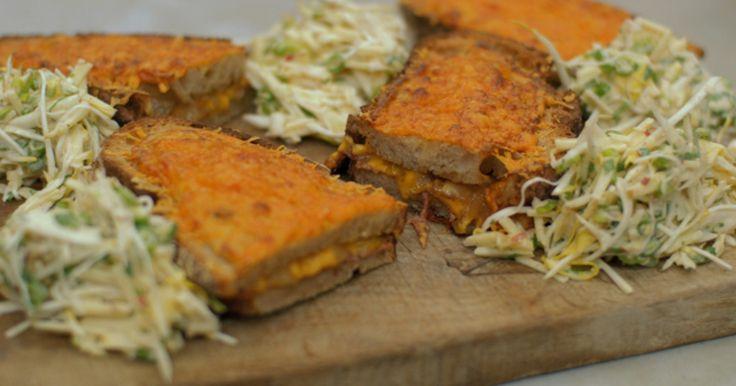 Noem dit een 'snack', noem dit een bord comfort-food. Eén ding staat vast: het is een regelrechte aanval op je smaakpapillen. Deze croque met witloofsla is gemaakt met alleen maar eerlijke en kwalitatieve producten. Eens te meer is het bewezen dat Belgisch witloof, ham en kaas een gouden trio zijn. Deze maaltijd met vers brood en een frisse zoetzure salade heeft alles in huis om een klassieker te worden.Extra materiaal:een kaasrasp