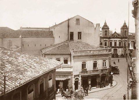 1894 - Largo da Sé com o Café Girondino na esquina com a rua XV de Novembro. Ao fundo a Igreja de São Pedro da Pedra que foi demolida em 1911.