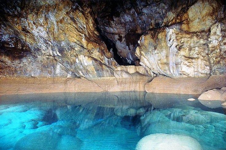 Spilaio Limnon in Kastria Achaias, Peloponnese