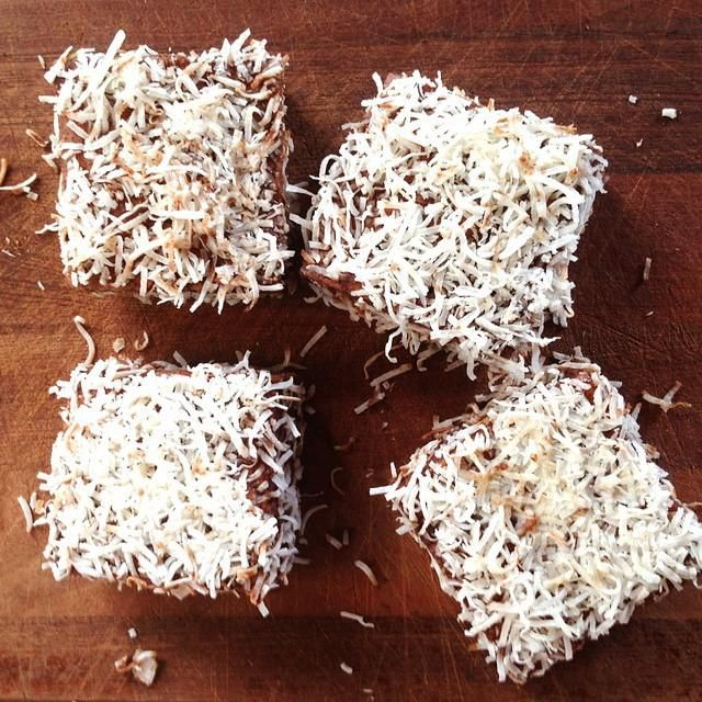 <p> <strong>Μπράουνις με καρύδα<br /> Υλικά</strong><br /> 125 γραμμ. μαλακό βούτυρο, ½ φλιτζ. σιρόπι αγαύης, ½ κ.σ. βανίλια<br /> 3 αυγά, 1 ¾ φλιτζ. αλεύρι που φουσκώνει μόνο