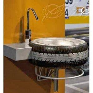 Lavabo con neumatico reciclado. Ideal para el garaje