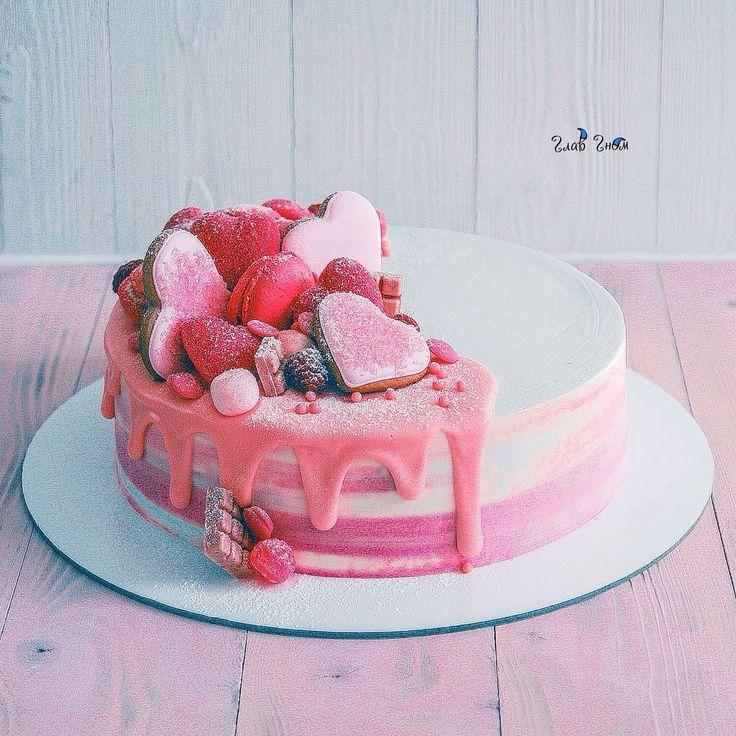 Нежный малиновый чизкейк с малиновым кремом и свежей малиной. Снаружи торт покрыт крем-чизом и украшен имбирными пряниками, конфетами и ягодами.  Автор Instagram.com/glavgnom