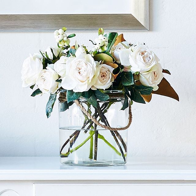 { C L A S S I C } Is there anything more gorgeous than the simplicity of white roses? #white #roses #interiorstyling #interiordesign #freshflowers #interiorinspiration #frenchdressing #french_dressing_furniture #interiorinspo
