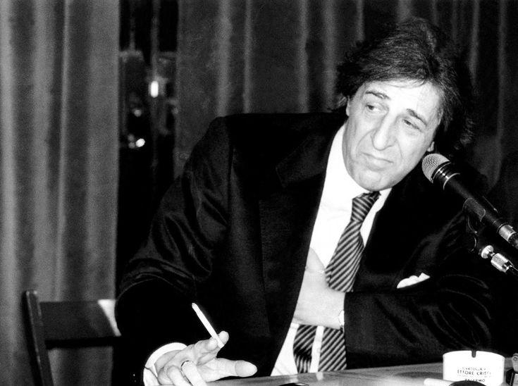 Giorgio Gaber a Milano negli anni Novanta (Lapresse)