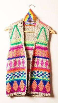 no soy amante del crochet en las prendas... pero este chaleco me lo compro!!! (o con tiempo, me lo hago!!!!) (SO MUCH STYLE♥)