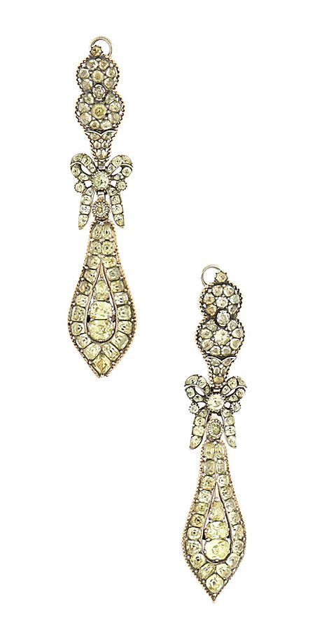 """Pair of long earrings in silver, gold and """"crisólitas"""" (crisoberilo), Portuguese, the last quarter of the 18th century, Weight Approx.: 38 gr, Comp. approx.: 9.5 cm"""
