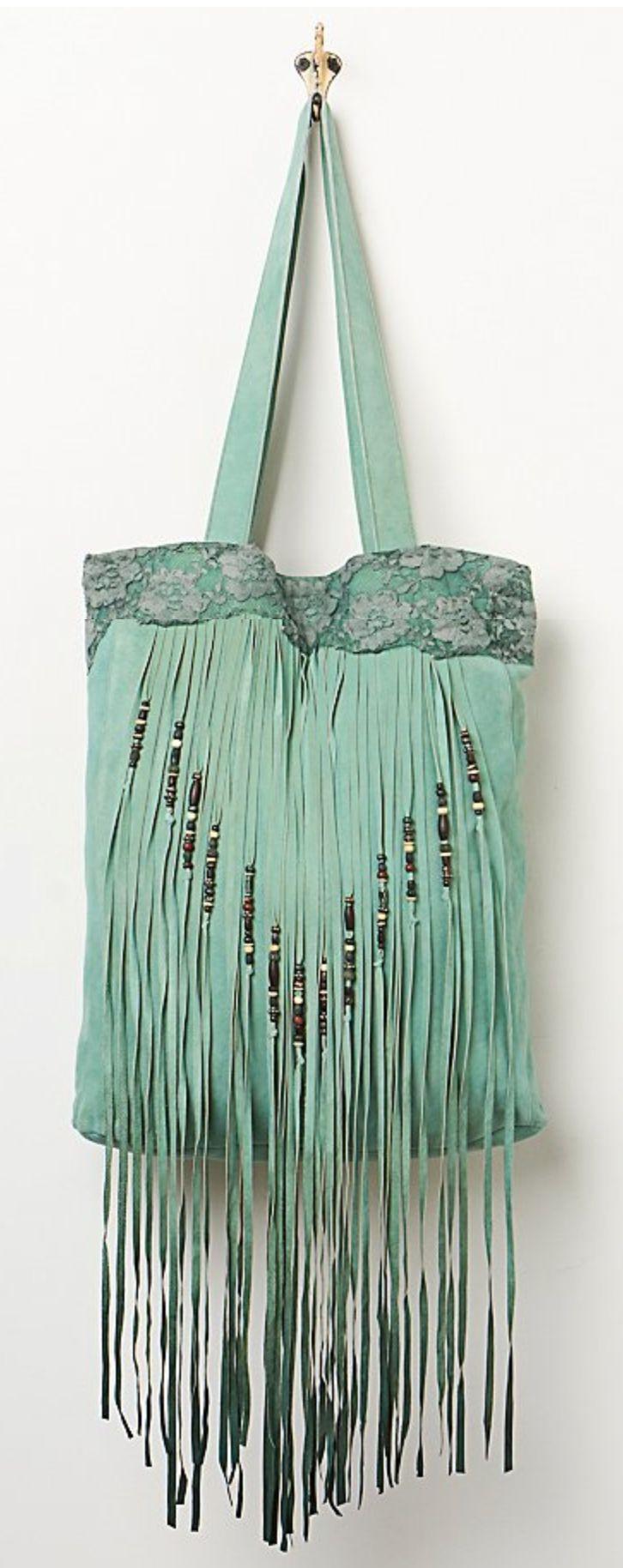 un hermoso bolso con flecos