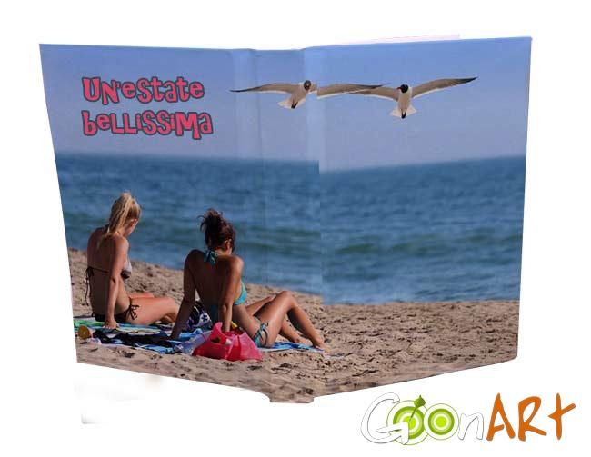 Quando sei a scuola pensi che vorresti tornare in vacanza con i tuoi amici?  Da quest'anno non sarà più così! Stampa i ricordi più belli dell'estate sulla copertina del tuo diario!  Il colore e l'allegria ti accompagneranno per tutto l'anno!