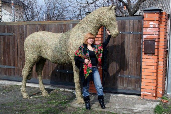 Скульптура - Конь большой из сена