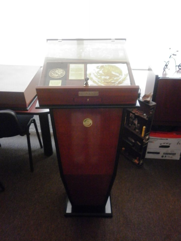 2013.07 Caja Custodia de los Símbolos Patrios Mexicanos con pedestal 103