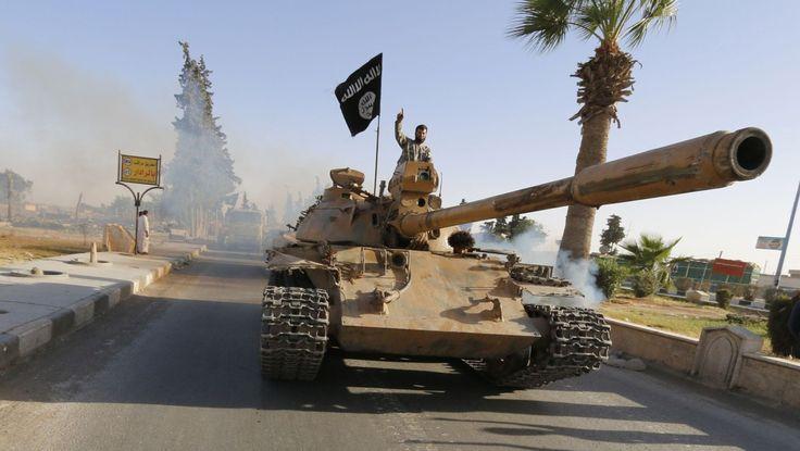 Forsker ved Universitetet i Oslo mener fremmedkrigere fra Syria på egen hånd kan utføre terrorhandling mot Norge. Bildet viser ISIL-soldatene som har fått tilgang til tungt militært-materiell hvor de kjører gjennom Raqqa-provinsen i Syria. Tanksen har de overtatt fra de irakiske styrkene. - Foto: STRINGER / Reuters