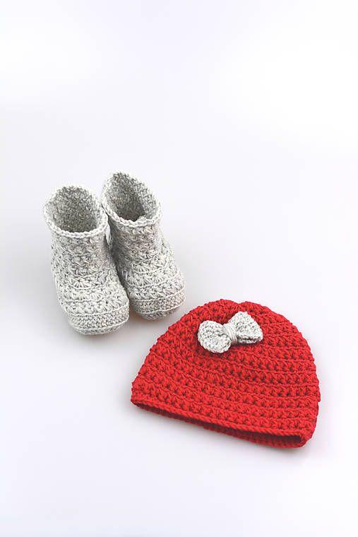Čiapka a čižmičky pre bábätko sú ručne háčkované z prírodného materiálu - z kvalitnej nórskej extra jemnej červenej a šedej 100% merino vlny vhodnej pre citlivú de...