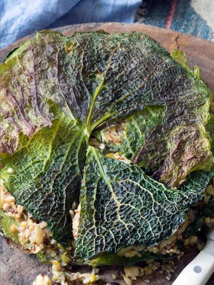 Een wintergroente in een nieuw kleedje: Kooltaart gevuld quinoa, pastinaak en champignons https://emptythefridge.be/recept/kooltaart-gevuld-quinoa-pastinaak-en-champignons/ #savooikool #taart #vegetarisch