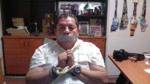 Periodistas mexicanos se amordazaron como señal de protesta
