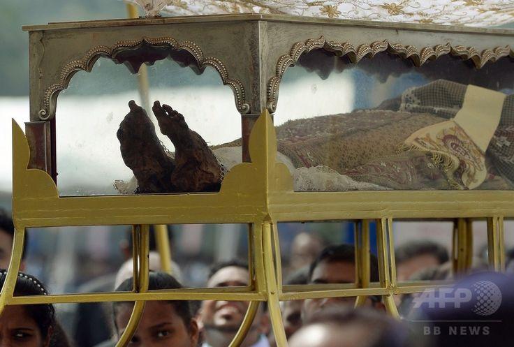 インド・ゴア(Goa)州で、10年に1度の公開のため、インドのキリスト教徒たちに担がれてセ大聖堂(Se Cathedral)に向かうイエズス(Jesuit)会宣教師フランシスコ・ザビエル(Francis Xavier)の遺体を納めたひつぎ(2014年11月22日撮影)。(c)AFP/PUNIT PARANJPE ▼23Nov2014時事通信|10年ぶり、ザビエルの遺体公開=インド http://www.jiji.com/jc/zc?k=201411/2014112300019 #Francis_Xavier #Francisco_Javier #Francisco_de_Xavier #Frances_de_Jasso #Old_Goa ◆Francis Xavier - Wikipedia http://en.wikipedia.org/wiki/Francis_Xavier