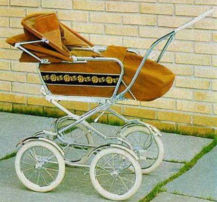SVENSKTILLVERKADE BARNVAGNAR I broschyren för 1971 finns denna vagn. Skinnimitation eller textil och celluloidhandtag. Dekorativ med sin blombård. Men ganska hög och man kan få känslan av att insatsen är på väg att trilla av (fast den är ordentligt fastsatt!)