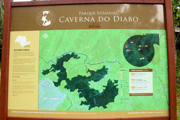 Cartaz na entrada do parque da Caverna do Diabo.