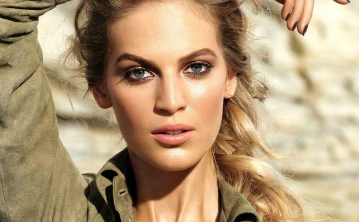 Van deze nieuwe zomercollectie met make-up van Chanel word je héél hebberig. Prachtige oogschaduw paletten, oogpotloden, gezichtsproducten en nagellak, allemaal in een zomers sfeertje. Bekijk hier alle producten. In the Summerlight heet de nieuwe limited edition collectie. Voor de ogen…