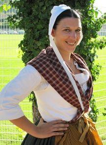 la paysanne du Comtat costume reconstitué par le conservatoire du costume comtadin.