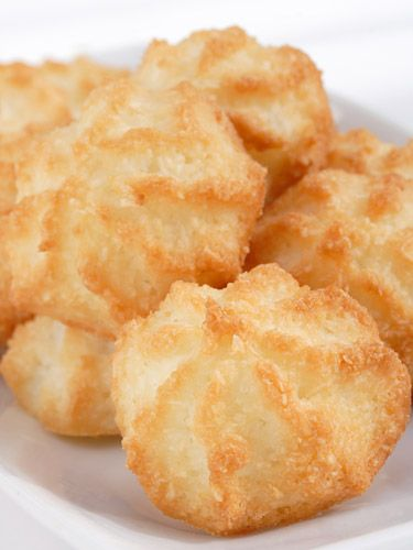 Try these easy coconut #macaroons! #recipes #dessertFood Recipes, Desserts Recipe, Coconut Macaroons Recipe, Dessert Recipes, Yummy Food, Lights Desserts, Cooking Tips, Cooking Eggs, Cooking Recipes
