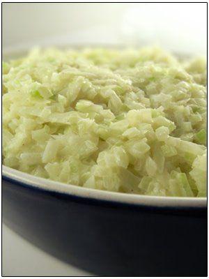 Lekker met worst, varkenslapjes, gebraad, gekookte aardappelen… . Kruid de saus goed of zet eventueel het peper – en zoutvaatje op tafel. Je kan de saus ook binden met maïszetmeel of aardappelzetmeel, opgelost in een beetje water. Voor 4 personen: 800 gr witte kool 250 ml volle melk 20 g goede boter, 20 g bloem …