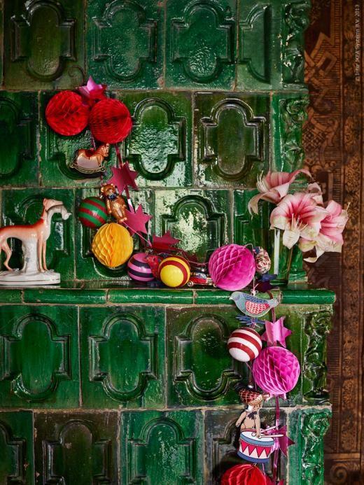 Färggrannt på spisen med årets finaste juldekorationer. SNÖMYS hängande dekoration i olika färger och former.