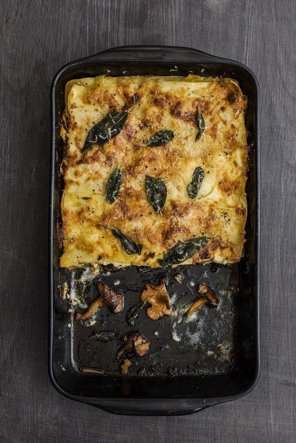 We maken een romige lasagne met paddenstoelen uit het nieuwe kookboek De Zilveren Lepel Kookschool Pasta, met meer dan 75 recepten voor Italiaanse pasta's.