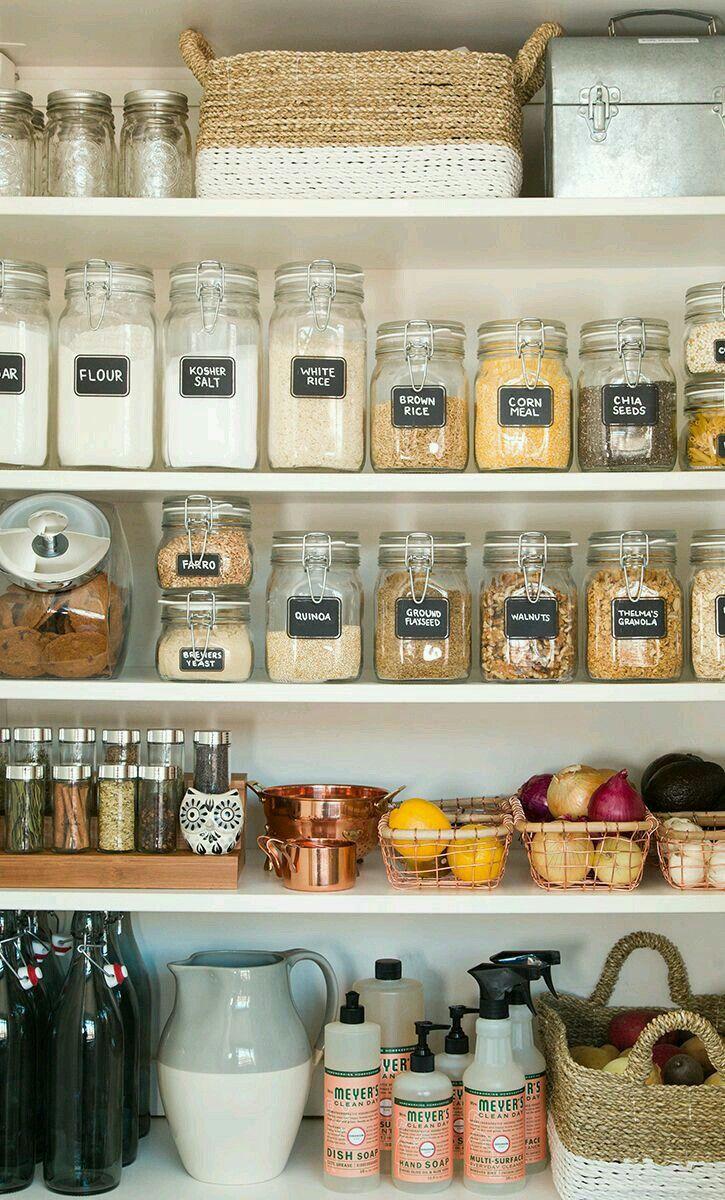 Uma despensa bem organizada é a salvação do dia-a-dia. Invista em potes de vidro que são mais higiênicos e coloque nomes em todos eles para saber o conteúdo. Cestos podem ser práticos na hora de separar frutas e legumes.