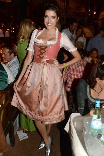 Topmodel Marie Nasemann (24) in einem Dirndl in Altrosa