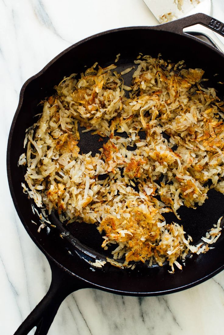 Learn how to make the best crispy hash browns at home! These delicious hash browns are lighter and healthier than greasy diner hash browns, since they're made with olive oil. #hashbrowns #breakfastrecipe #potatorecipe