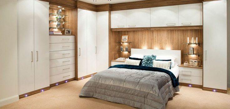 pont de lit, armoires et tiroirs en bois, façade blanche, dans la petite chambre à coucher bien organisée