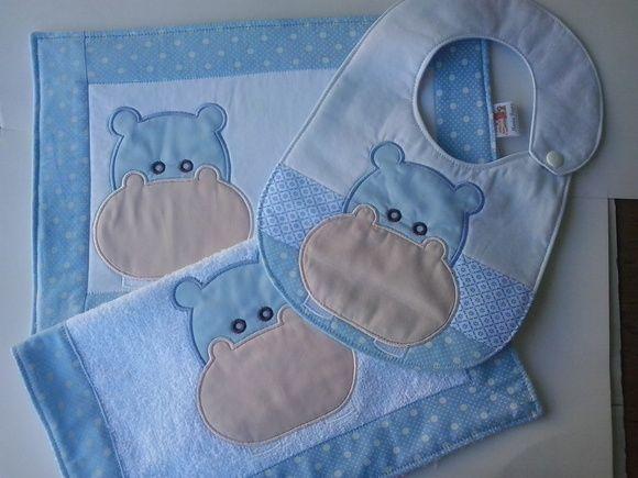 Kit Papinha Hipopótamo Azul. Composto de 3 peças,  *Jogo Americano -33x25cm *Babador *Toalhinha de Boca - 33x33cm Em tecidos 100% algodão e Atoalhado. Pode se feito em outras cores a escolha. As estampas estão sujeitas a variação mantendo o padrão de cores. R$ 55,00