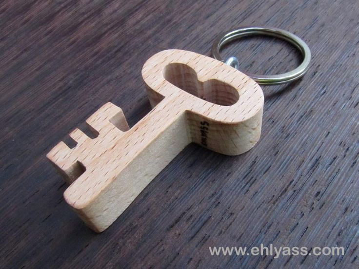 Porte-clés en bois massif CLÉ en chantournage