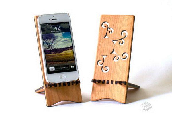 Fique iPhone Madeira bonita.  Este suporte para o iPhone é perfeito para mostrar o seu iPhone em um ângulo bom enquanto se senta em sua mesa.  Além disso, as peças de suporte pode deslizar facilmente para além de tornar mais amigável de viagem.  <3