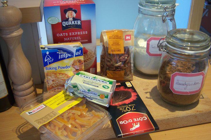alle benodigdheden voor chocoladekoekjes met pecannoten en gekonfijte sinaasappelstukjes