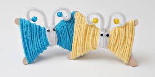 Vlindertjes ! Nodig : - houten ijsstokjes - wol - 2 oogjes - 2 kralen -2 metalen draden
