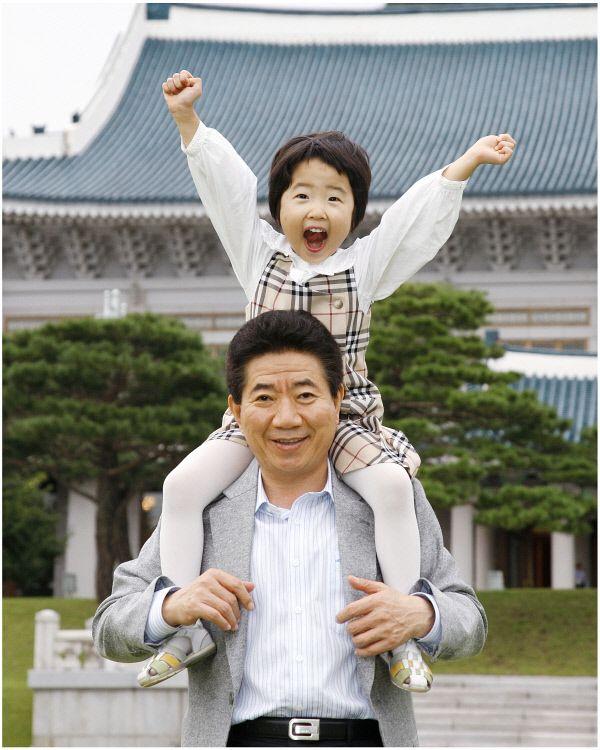 <대통령님, 촬영하겠습니다> 2007년9월13일 청와대에서 손녀와함께 ⓒ 장철영