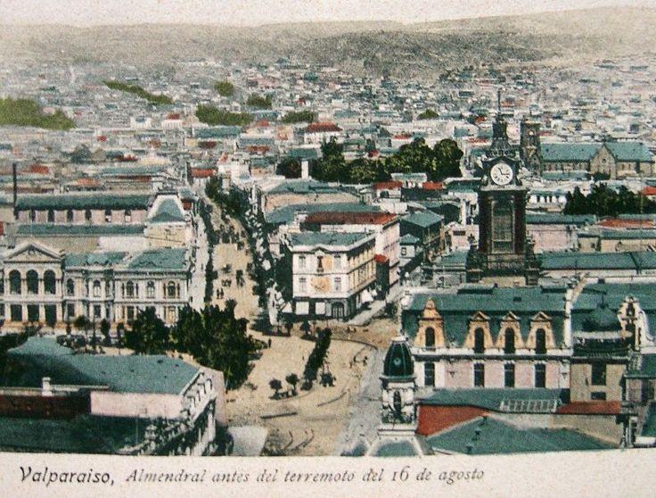 La 1a. calle de la izquierda es la Av. Victoria (actual P. Montt), la de la derecha es la calle Victoria (actual Independencia). A la izquierda de la actual P.Montt se puede ver la mansion de Agustín Edwards(actual catedral de Valparaíso), que fue arrasada por el terremoto