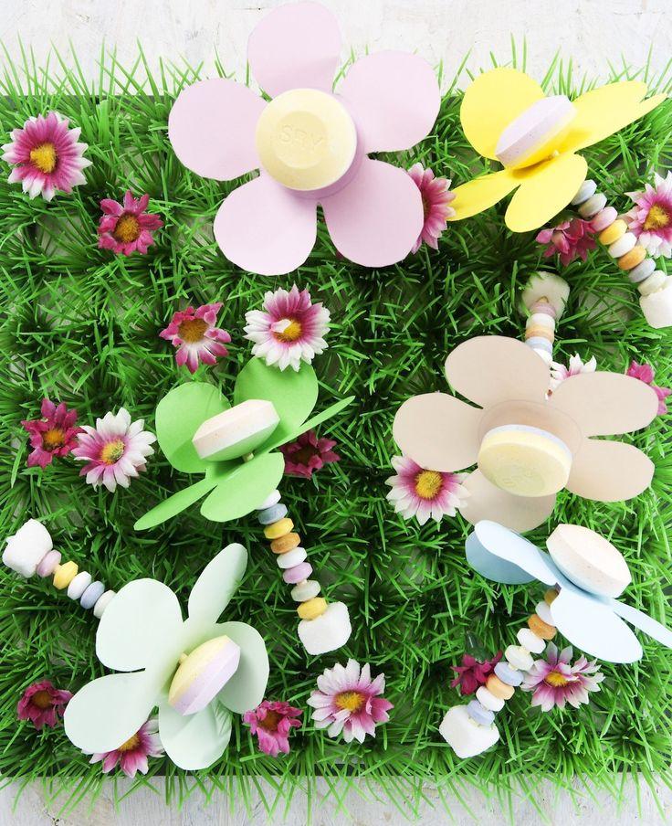 Deze vrolijke lollybloemen vinden kinderen het leukste om per bosje te krijgen natuurlijk... Dit heb je nodig lolly's Snoepkettingen Tumtum Gekleurd papier Schaar Zo maak je het Knip bloemen uit het papier. Steek de lolly door het midden van de…