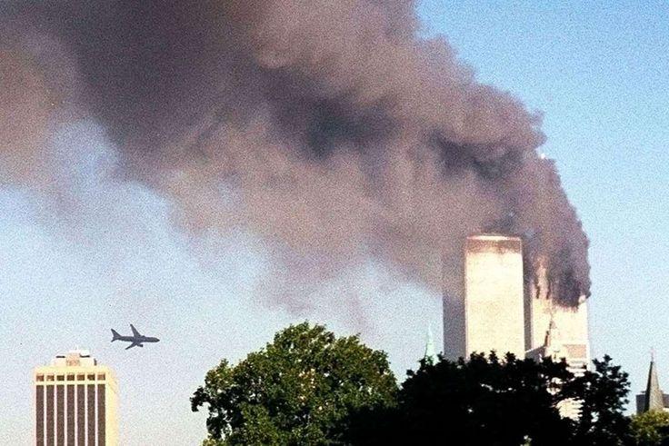 Diecisiete minutos después, el vuelo 175 de la misma aerolínea impacta contra la…