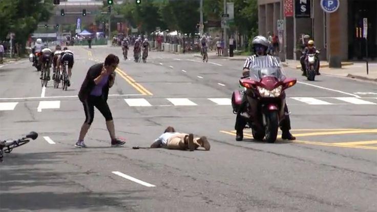 女性が車と衝突 そこへロードバイクの集団が... | Double Crush into Woman