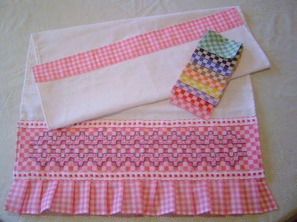 Pano de Prato Branco em tecido de algodão com Barrado Bordado em Tecido Xadrez varias cores e motivos R$ 18,00