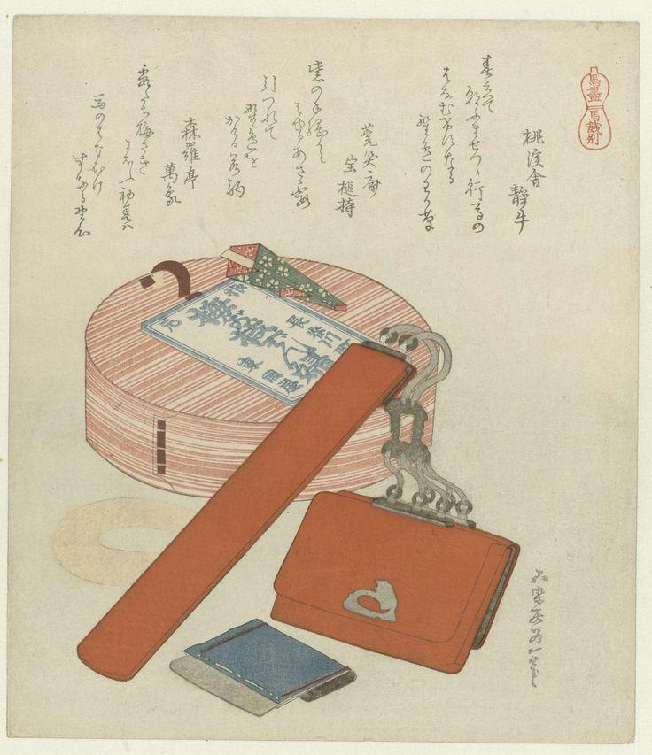 Katsushika Hokusai | Een afscheidscadeau voor het paard, Katsushika Hokusai, Tôkeisha Shizuushi, Enshôsai Takara no Tsuchimochi, 1822 | Een ronde doos met gezouten vis (denpu). Vooraan een tasje voor een pijp bevestigd met een zilveren koord aan een tabakszak. De gesp op de zak is in de vorm van een zittend paard. Met drie gedichten.