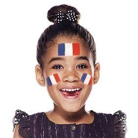 ¡Anima a Francia con tu pintacaritas! 3º PASO: Con pintura roja de color vivo, termina de dibujar las banderas pintando un rectángulo rojo en el lado derecho de las formas blancas. ¡Et voilà! #fútbol #Maquillaje #Eurocopa