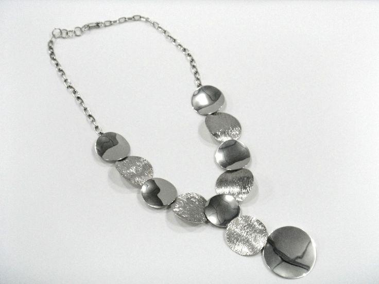 Collar de círculos texturados y lisos elaborado en plata 950. Silvia Tapia.