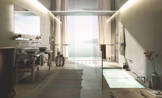 L'alliance du bois et du béton, les vasques à poser et la baignoire enterrée donnent à cette salle de bains des accents asiatiques.