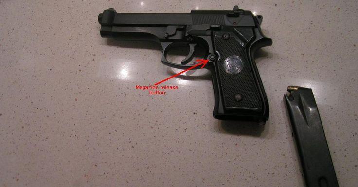 Cómo disparar una pistola Beretta 9mm. La pistola Beretta modelo 92 de 9 mm es el arma principal de la mayoría de las fuerzas militares de EE.UU. Tiene una capacidad de 15 +1 disparos (es decir, 15 cartuchos en el cargador y uno en la cámara). Es utilizada por militares y policías. Es fabricada por la Compañía de Fabricación de Armas Beretta. Dispara un proyectil conocido como 9x19, lo ...